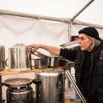 Nederlandse Wam Kat kookt voor vluchtelingen in Europa vanuit Oost-Duits gehucht