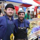 Baaf Vonk (l) en Roel van Vliet runnen samen het vis- en schelpdierenkraam van Küstlichkeiten in Markthalle Neun in Berlijn. Foto: Küstlichkeiten